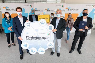 Die Professor*innen Proff, Roos und Weyer zusammen mit Prorektor*innen der drei Ruhr-Universitäten und Verkehrsminister Wüst.
